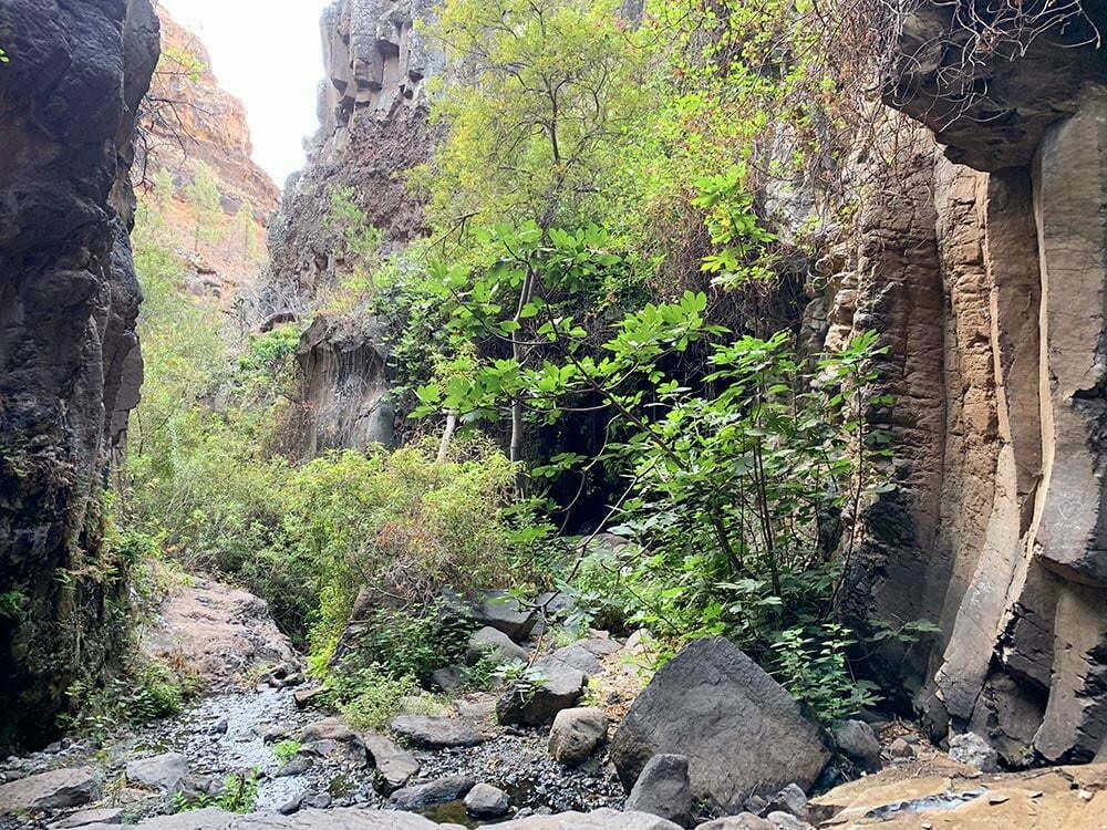 Entrada a la cueva natural que alberga a la Cascada de Arure