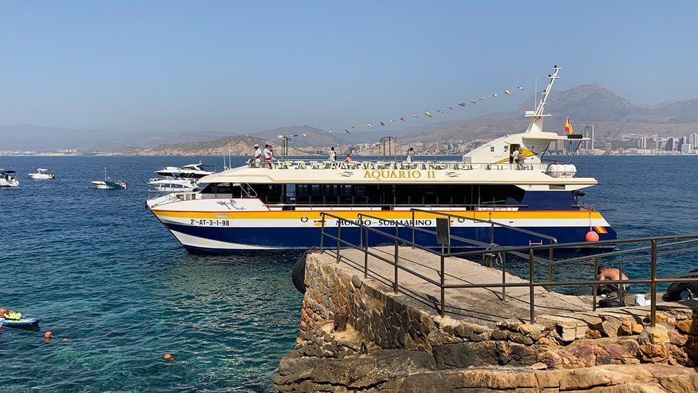 Barco para hacer la excursión a la Isla de Benidorm