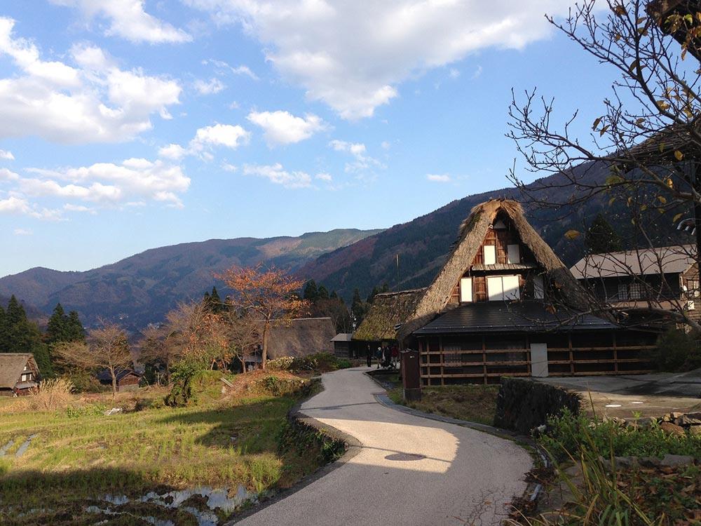 Una de las casas de estilo gassho-zukuri que pueden verse en Japón