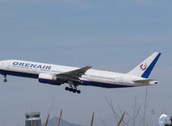 """Avión de la compañía """"Orenair"""" acabando de elevar vuelo"""