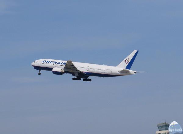 """Avión de la compañía """"Orenair"""" despegando"""