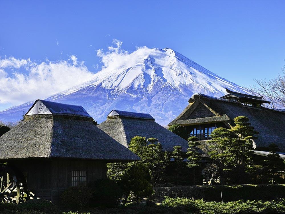 Qué ver en Japón en tu primera vez - Conjunto de viviendas con el Monte Fuji al fondo