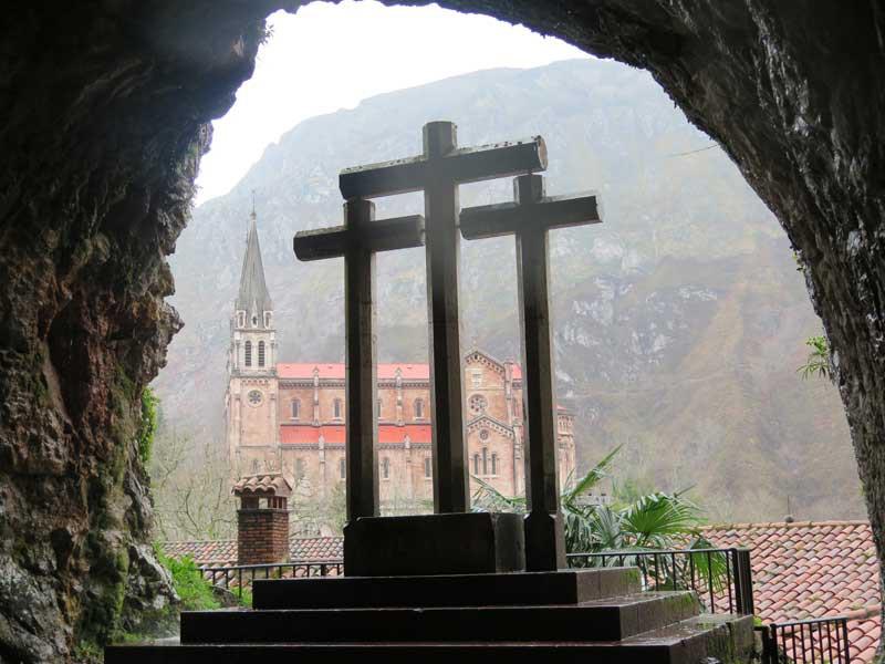 Basílica de Covadonga desde la Santa Cueva